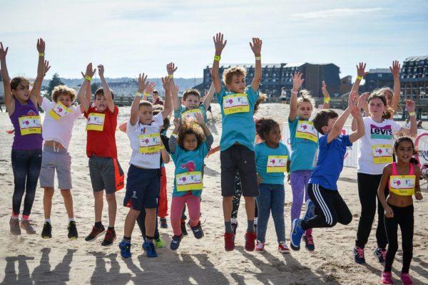 Les enfants prêts à fouler la plage de Trouville-sur-Mer